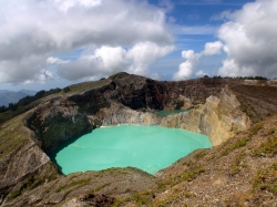 Hellgruener und dunkelgruener Vulkansee